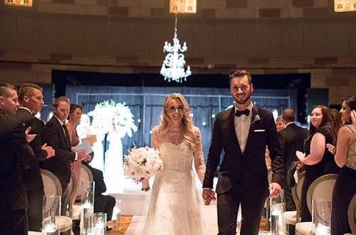 دسته گل عروس, ورود به تالار